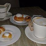 Cafè expresso cortado. Masa con crema pastelera y otras delicias para el paladar.