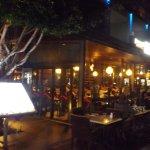 板張りの通路の右は海、カフェテラスのテーブルは夜の海を見ながらのムードある夕食が楽しめそうです