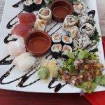 Plateau de 24 sushis avec salade sauce oignon, gingembre et wasabi