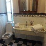 Baño con todo lo necesario, toallas, gel, champu, peine, vasos y gorro de ducha