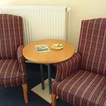 Sitzecke und TV-Schreintisch von unserem Hotelzimmer, Eingang zur Pizzaria welche sich im Erdges