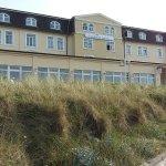 Anbau, Innenhof,  Strandansicht, Aussicht vom Frühstücksraum auf's Meer
