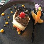 Filet de Saint-Pierre, sa crème de céleri à l'encre de seiche sur un lit de légumes croquants