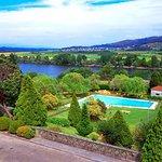 vu de la terrasse: piscine en contre bas et le Portugal en fond