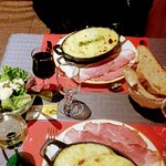 gratin de pomme de terre braisé avec munster fondu et tranche de jambon cru avec salade verte