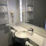 La salle de bain avec un grand meuble idéal pour les couples.