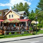 Belle terrasse sur la rue Principale à St-Sauveur, Québec