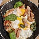 Huevos rotos con ternera y pimientos del padrón