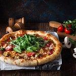 Пицца на тонком тесте с хрустящей корочкой