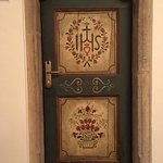 Una porta di una stanza