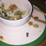 Assiette verte avec morceau de coquillage présent à l'intérieure du sushi