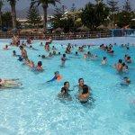 Piscina de olas,  foto a mi hija y amigas