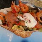 Oeuf poché, saumon fumé, crevettes et salade_large.jpg