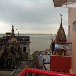 Burning ghats juste au dessous (3 mn à pieds) ... Attention aux odeurs de crémation donc ...