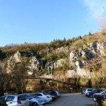 Le parking et les falaises