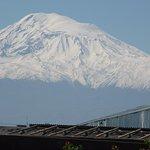 Арарат висит над крышами