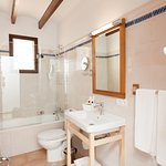Double room bathroom with bath tube