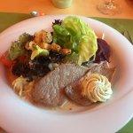 Salatteller mit Kalbsschnitzel und Kräuterbutter