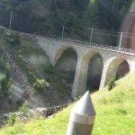 Vyhlída z vlaku viadukty a mosty.
