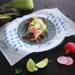 Taco Texan. Hecho con brisket y especias atípicas, cole slaw y rábano curtido