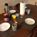 Mesa del comedor lista para desayunar