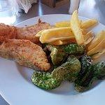 salmon frito ,pimientos y patatas.