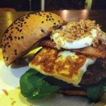 Barba Ruiva - Rúcula, blend burger 180gr, queijo coalho, bacon, catupiry e cebola crisp