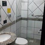 Banheiro bem conservado, mas extremamente pequeno.
