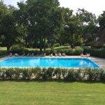 Vue depuis notre chambre, sur la grande piscine sise au centre du parc comptant plusieurs hectar