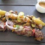 Brochette de boeuf, pommes de terre grenaillées et sauce poivre