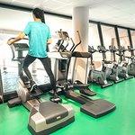 Salle de musculation avec plateau d'équipements complet