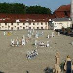 Blick auf den Pferdeparcours mit der Kornbrennerei am anderen Ende