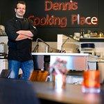 Dennis in zijn kookschool