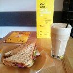 отличный сендвич и раф тульский пряник!