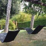 Nuove chaise longue dondolanti in giardino