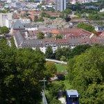 Blick auf die vom Stadtgarten zum Dattler führende Schlossbergbahn und Freiburg