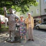 Statua dell'oste dinanzi al Brauhof.