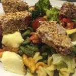 Ensalada Italiana con atún fresco. una ensalada que tomó 40 minutos en llegar a la mesa