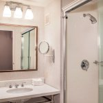 NEWLY Renovated Sheraton BWI Ariport: Guest Bathroom