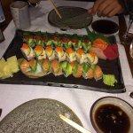 Voici notre fabuleux plat de sushis. Belle variété et jolie présentation.
