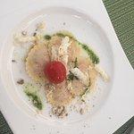 exquisites Menü mit Weinbegleitung; auf der Terasse an einem sonnigen, warmen Spätsommerabend, w