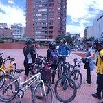 Uma das paradas do Bike Tour, a turma reunida com as bicicletas.