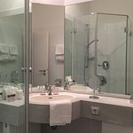 kleines, aber gut ausgestattetes Badezimmer