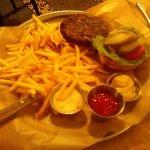 המבורגר טבעוני מעדשים ופטריות, מוגש עם צ'יפס