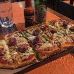 Pizza al horno de leña, con chorizo argentino.