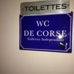 WC du RdC de l'auberge de Tesa signalé  au public par une plaque sans équivoque