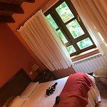 Dormitorio con suelo de madera con vistas al jardín.