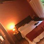 Dormitorio amplio con cama de 150cm y con baño con ducha.
