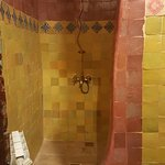 Banheiro rústico mas o chuveiro é excelente !