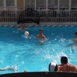 Jugando al waterpolo padres e hijos